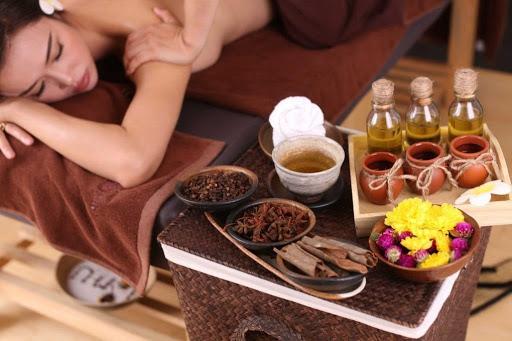 Dùng dầu hoặc sữa để massage