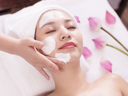 Dùng kem thoa mặt trước khi massage
