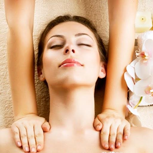 Massage nhẹ nhàng làm da lưu thông máu tốt